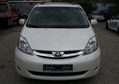 2010-Toyota-Sienna-001