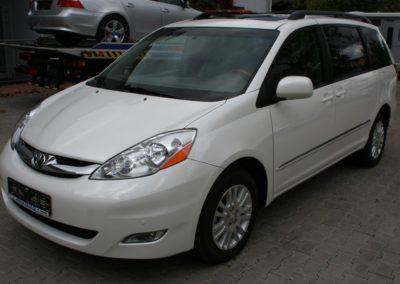 2010-Toyota-Sienna-003