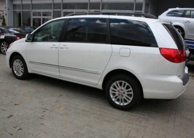 2010-Toyota-Sienna-008