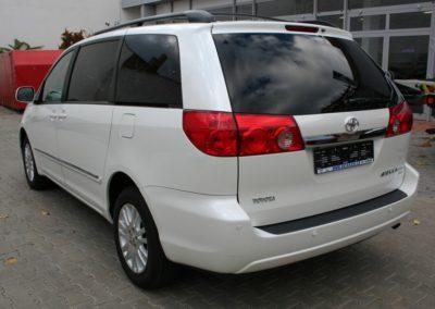 2010-Toyota-Sienna-010