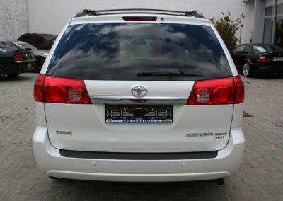 2010-Toyota-Sienna-012