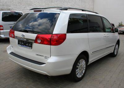 2010-Toyota-Sienna-014