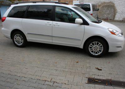 2010-Toyota-Sienna-017